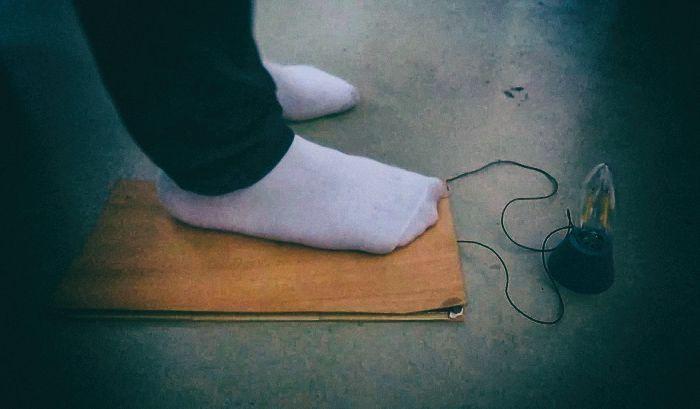 Разработан пол, который генерирует электричество при ходьбе