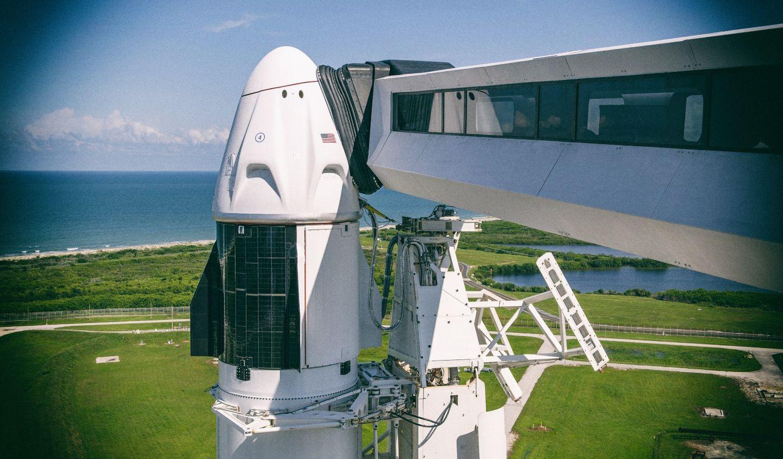 Илон Маск впервые запустил в космос команду из гражданских лиц