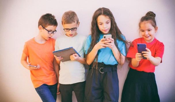 Ученые: Детям полезно проводить время с гаджетами