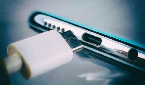 Европа обяжет всех производителей смартфонов использовать один зарядный разъем