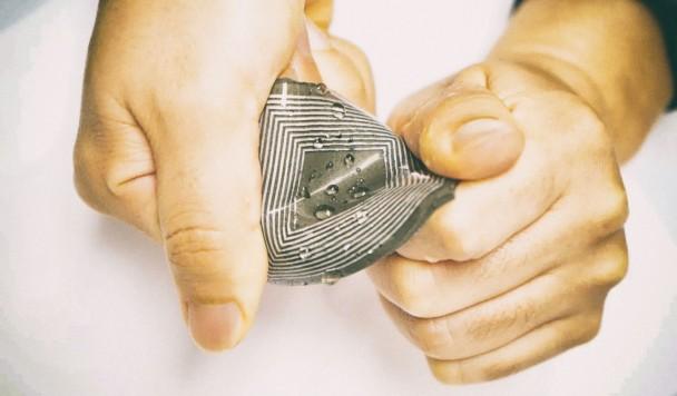 Гаджет в виде гибкого пластыря создает электричество при помощи магнетизма