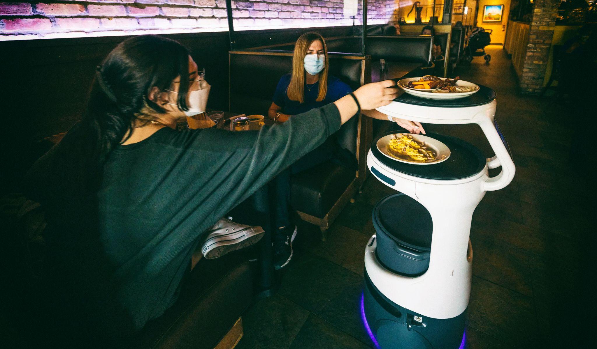 Благодаря роботам официанты получают больше чаевых