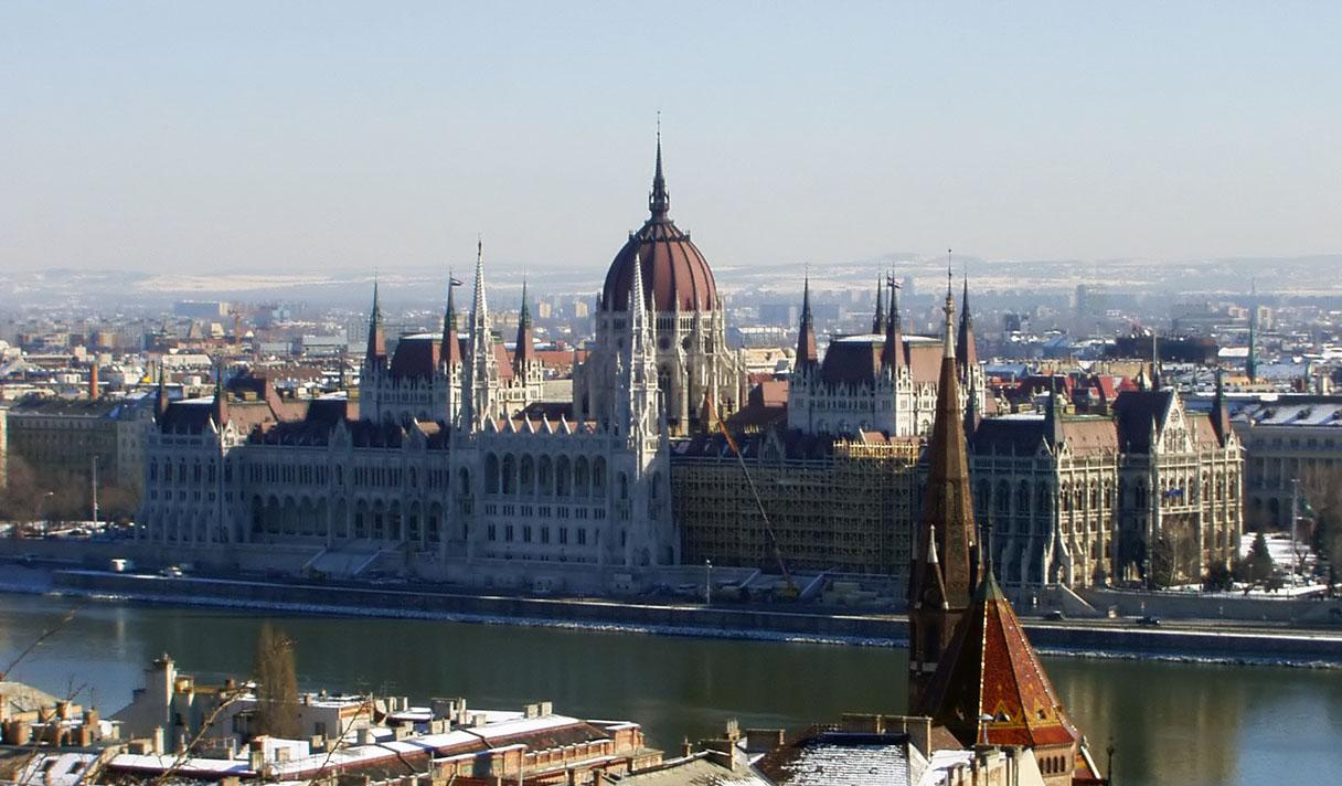 Война за трафик. В Венгрии протестующие громят правящую партию