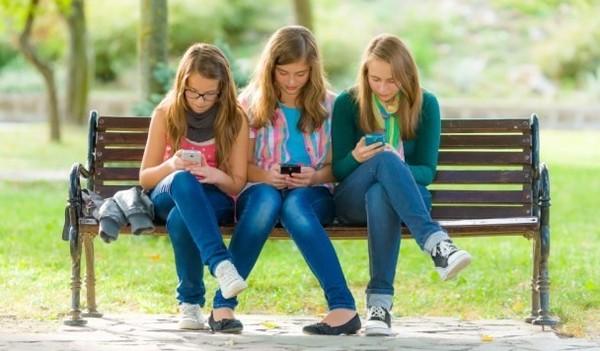 Смартфоны делают подростков несчастными