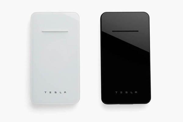 Tesla выпустила беспроводную зарядку для смартфонов со встроенным пауэрбанком