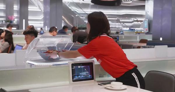 В китайском ресторане официантов заменила автоматика