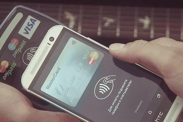 «ПриватБанк» запустил возможность бесконтактной оплаты покупок смартфоном для владельцев карт MasterCard