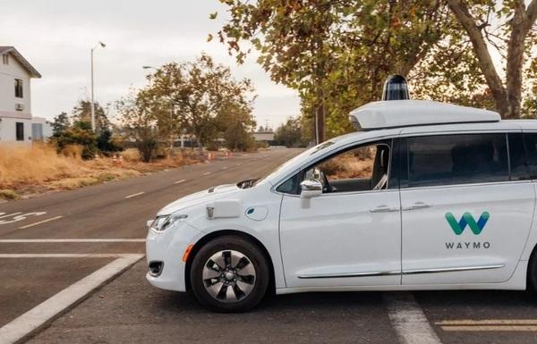 Робомобили Waymo впервые начнут перевозить пассажиров без страхующего водителя