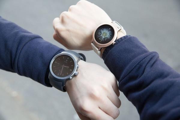 Google представил новую версию Android Wear и новые «умные» часы