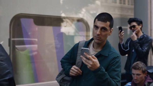 Samsung в новой рекламе высмеивает покупателей iPhone (Видео)