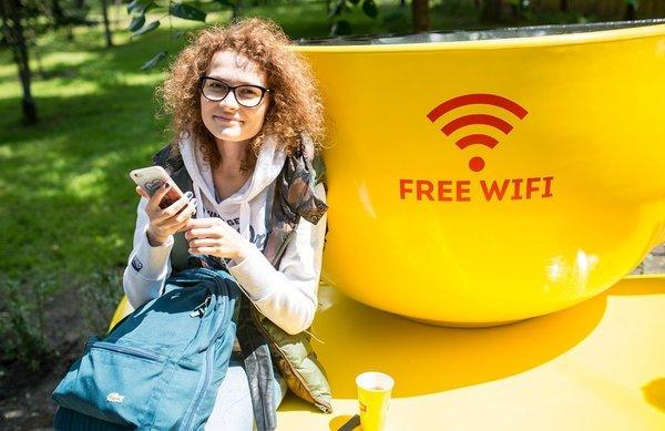 В Киеве установили «умные» лавочки с подзарядкой и Wi-Fi