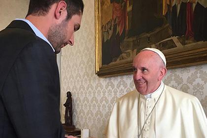 Глава Instagram  после встречи с папой Римским подарил ему фотокнигу