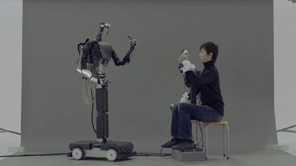 Японцы создали робота, точно копирующего жестикуляцию человека (Видео)