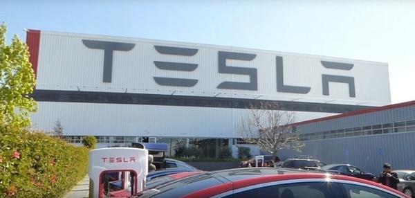 Tesla не справляется с поставками Model 3 из-за ручного труда на производстве