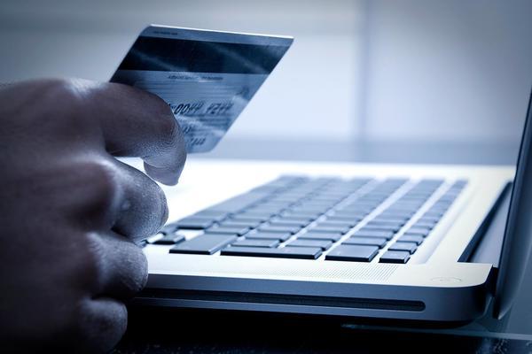 Четверо из пяти взрослых украинцев используют банковские карты для онлайн-оплат