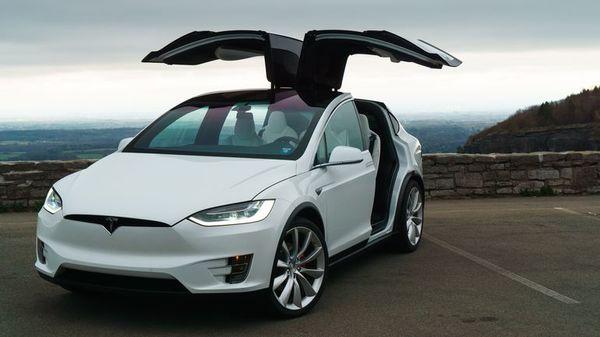 Владелец Tesla подал в суд на компанию из-за самопроизвольного ускорения его Model X, приведшего к аварии