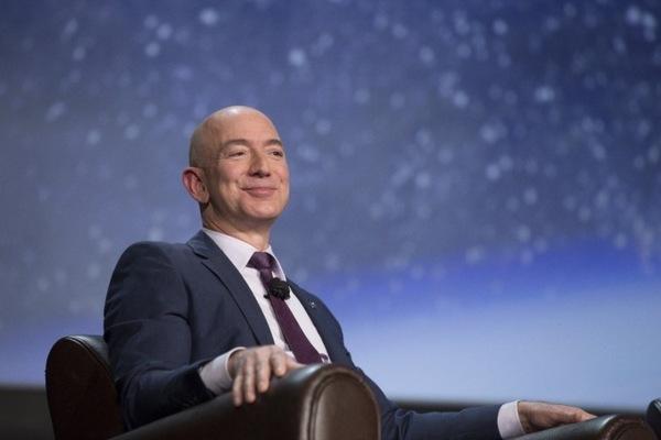 Глава Amazon Джефф Безос стал самым богатым человеком за всю историю