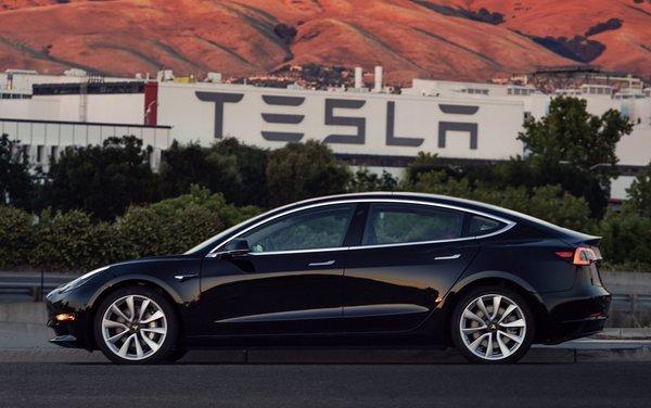 Tesla Model 3 стала самым успешным электромобилем в истории