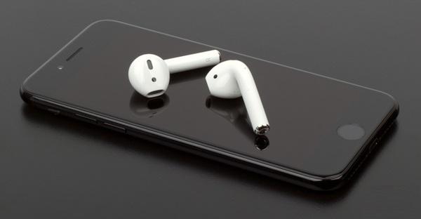 Apple приписывают намерение выпустить наушники AirPods второго поколения в 2018 году