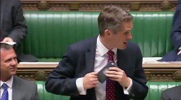 Siri перебила министра обороны Великобритании во время выступления