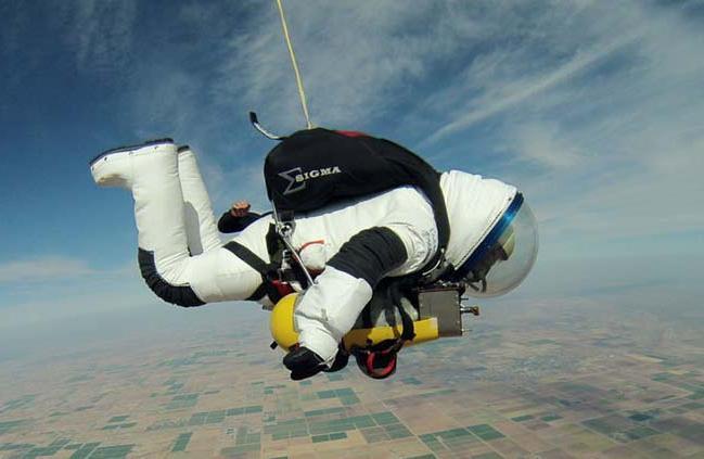 Топ-менеджер Google установил мировой рекорд по прыжкам с парашютом