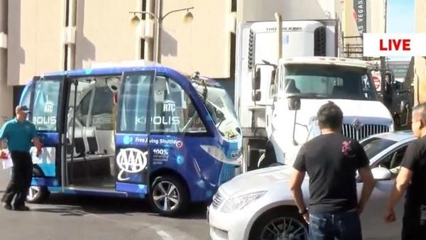 Первый рейс беспилотного электробуса в Лас-Вегасе закончился аварией