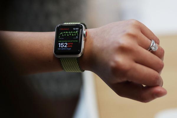 «Яблочная» компания трудится над разработкой и внедрением камеры в Apple Watch