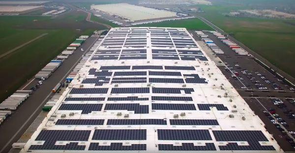 Amazon покроет крыши своих складов солнечными панелями