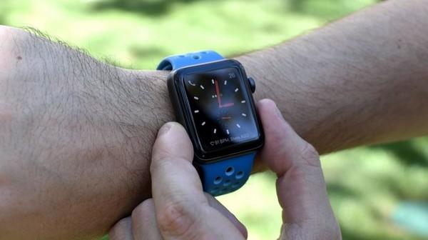 Глава Fitbit раскритиковал Apple Watch