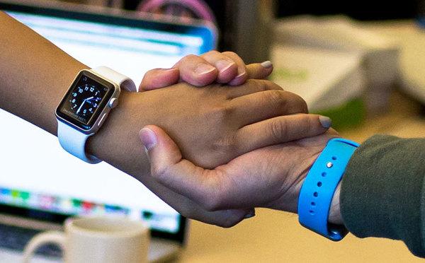 Владельцы Apple Watch смогут обмениваться данными с помощью рукопожатия