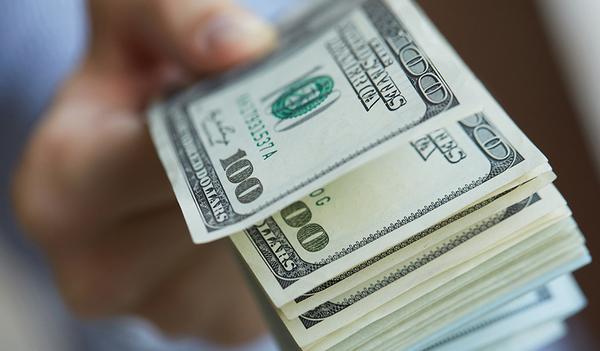 Ученые считают, что оплата наличными помогает экономить
