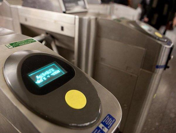 Все станции метро Киева укомплектовали терминалами с технологией бесконтактных оплат