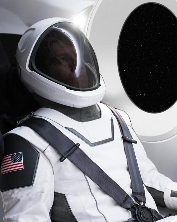 Илон Маск показал, как будет выглядеть скафандр SpaceX