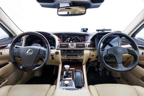 Toyota представила автомобиль-робот, в салоне которого сразу 2 водительских места