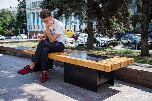 В Киеве установили скамейки с солнечными панелями
