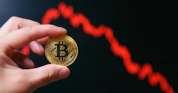 Цена биткоина опустилась до минимального значения в 2018 году